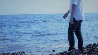 海の横に立っている人の写真・画像素材[775102]