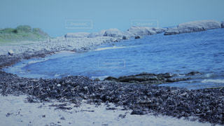 海の横にある岩のビーチの写真・画像素材[775105]