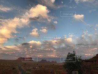 空には雲のグループの写真・画像素材[928636]