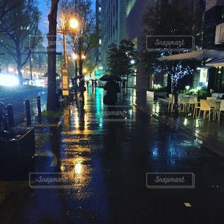 近くに夜の忙しい街のアップの写真・画像素材[713477]
