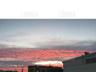 背景の山と建物の写真・画像素材[714579]