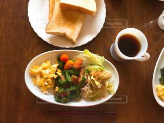 テーブルの上に食べ物のプレート - No.714961