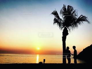 浜辺で、日没の前のカップルの写真・画像素材[897303]