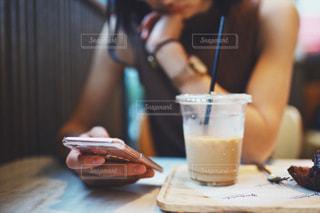 カフェで携帯を扱う女性の写真・画像素材[1535583]