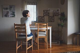 部屋で寛ぐ女性の写真・画像素材[1535590]