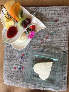 テーブルの上に食べ物のボウルの写真・画像素材[758517]