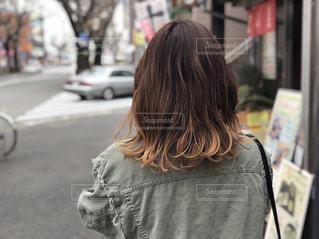 街に立っている女性の後ろ姿の写真・画像素材[1187029]
