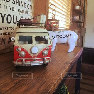テーブルに赤と白のバスの写真・画像素材[892512]