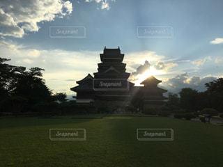 背景の夕日の大型ビルの写真・画像素材[705691]