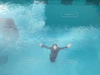 プールの中からこんにちは!の写真・画像素材[713305]