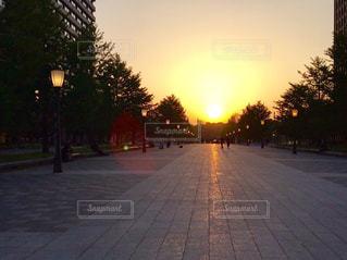 街に沈む夕日の写真・画像素材[757814]