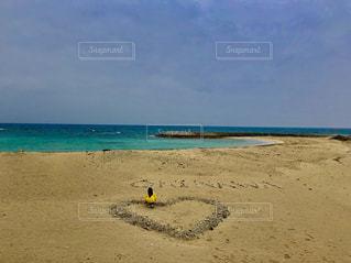 海  ハートがある砂浜のビーチの写真・画像素材[1303457]