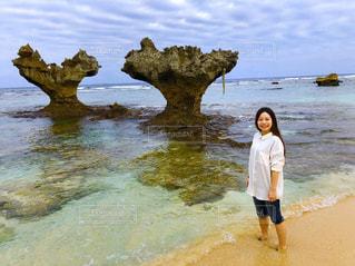 ハート岩と私の写真・画像素材[1303743]