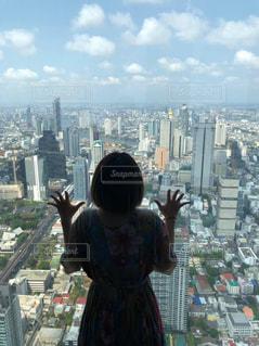 都会の高層ビルの前に立っている人の写真・画像素材[2413432]