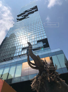 建物の前にある像の写真・画像素材[2421926]