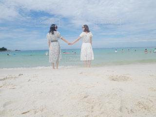 白砂のビーチに立っている人の写真・画像素材[754930]
