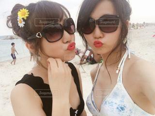 カメラにポーズのサングラスを身に着けている女性の写真・画像素材[754935]