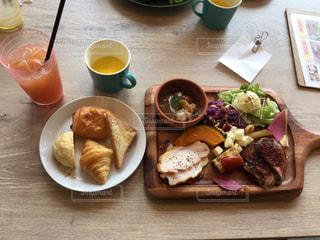 木製のテーブル、板の上に食べ物のプレートをトッピング - No.755009
