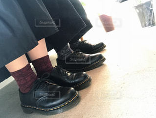 青と黒の靴を履いて足のペア - No.963229