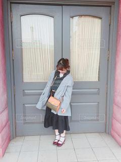 ドアの前に立っている人の写真・画像素材[1056165]