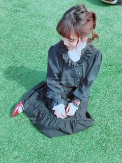 草の上に座っている人 - No.1056185