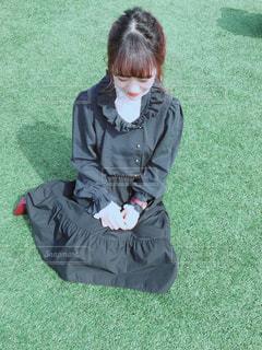 草の上に座っている人の写真・画像素材[1111786]