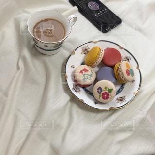 テーブルの上に食べ物のプレートの写真・画像素材[1311768]