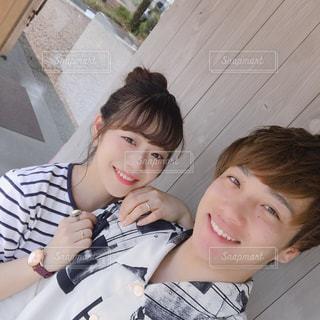 近くに男の子と女の子を selfie を取るをの写真・画像素材[1313214]