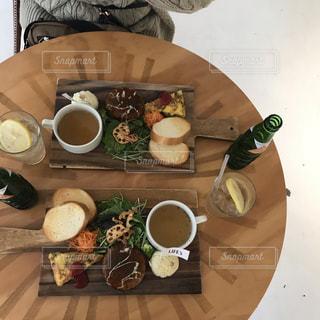テーブルの上に食べ物のプレートの写真・画像素材[1707185]