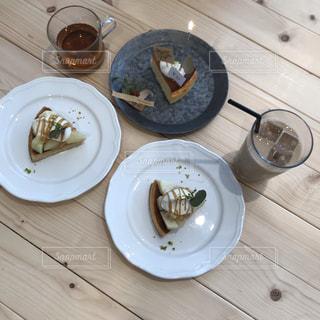 木製のテーブルの上に食べ物のプレートの写真・画像素材[1707208]