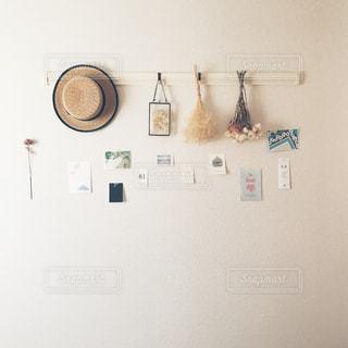 部屋に座っている白い冷蔵庫冷凍庫の写真・画像素材[1001031]