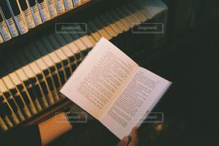 テーブルの上のチラシのスタックの写真・画像素材[1001048]