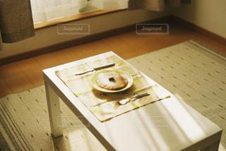 電子レンジはテーブルに座っています。の写真・画像素材[1001055]