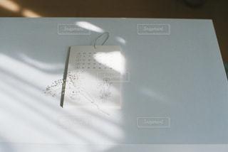 テーブルの上に座っているラップトップ コンピューターの写真・画像素材[1596281]