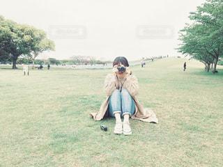 芝生に覆われた野原の上に立っている人の写真・画像素材[2177456]