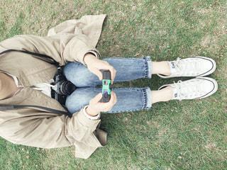 芝生の上に横たわっている人の写真・画像素材[2177475]