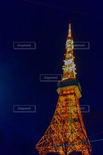 時計塔を背景に東京タワーの夜のライトアップの写真・画像素材[1311254]