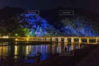 水の体の上を橋を渡る列車の写真・画像素材[1311256]