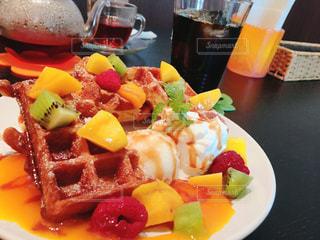 テーブルの上に食べ物のプレートの写真・画像素材[1775495]