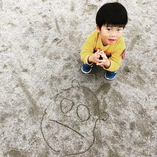 園庭に落書きした幼稚園児の写真・画像素材[938312]