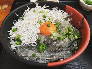 板の上に食べ物のボウルの写真・画像素材[737919]
