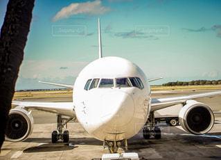 大型の旅客機が滑走路の上に座っています。の写真・画像素材[1201218]