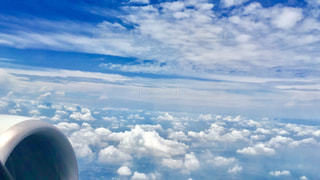 曇りの青い空を飛んでいる飛行機 - No.706135