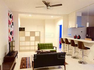 リビング ルームの家具とミラーでいっぱいの写真・画像素材[706137]