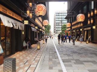 歩道を歩いている人のグループの写真・画像素材[706277]