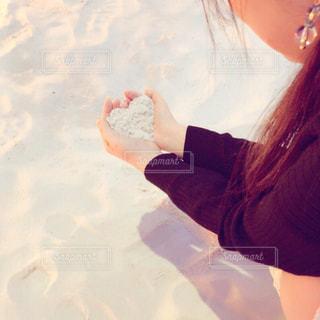 雪の中で、selfie を取る女性 - No.706405