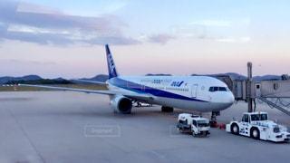 空港の滑走路の駐機場に座っている大型旅客機 - No.706459