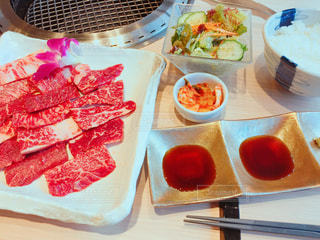 テーブルの上に食べ物のプレートの写真・画像素材[728407]