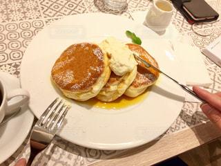 テーブルの上に食べ物のプレート - No.794203