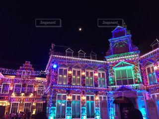 夜のライトアップされた街の写真・画像素材[852396]